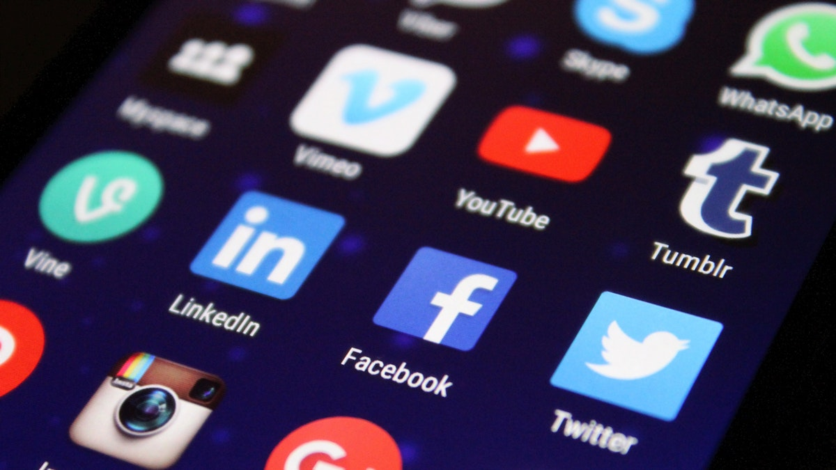 social media logo op smartphone