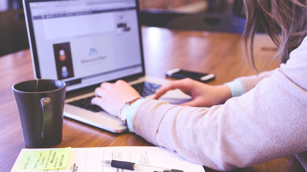 Vrouw maakt content achter laptop