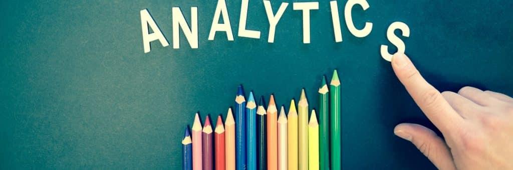 analytics in tekst met vinger