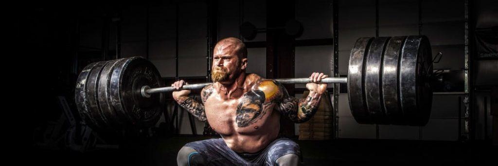 Sterke man aan het trainen met gewichten
