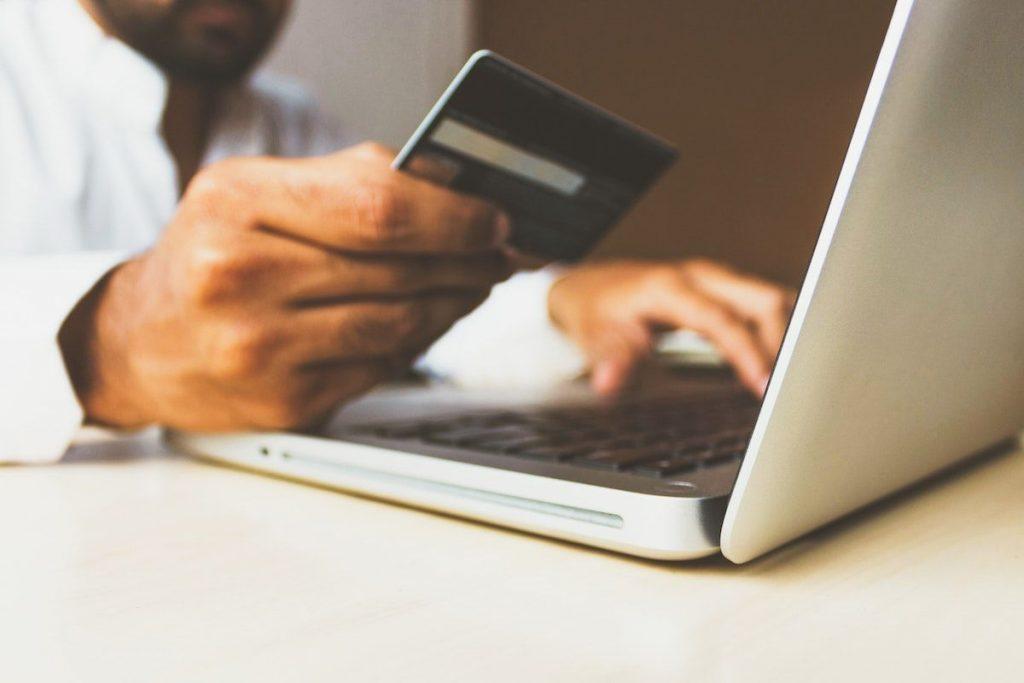 Man shopt online met creditcard