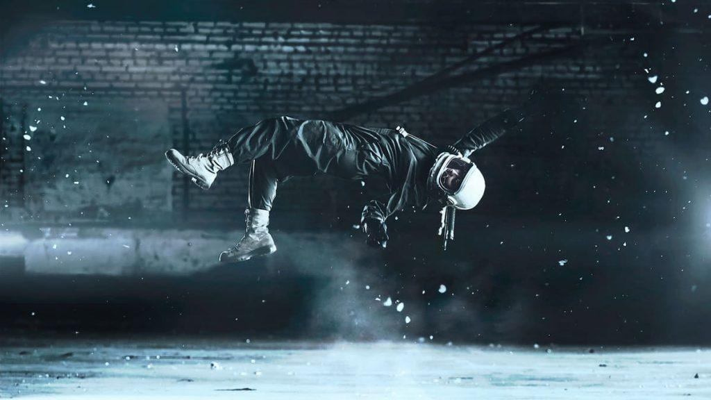 man met helm zweeft door de lucht