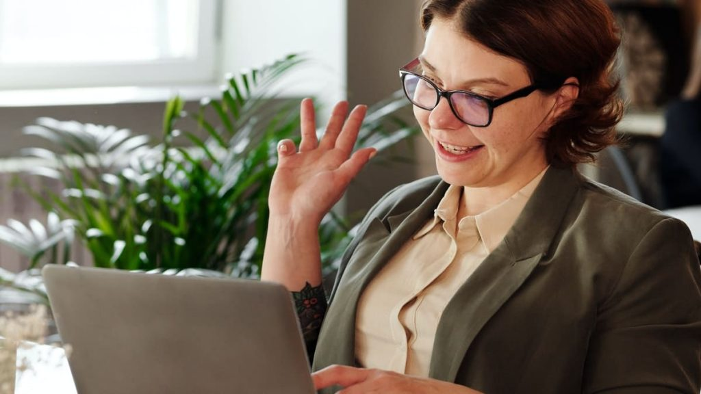 Vrouw zwaait voor webcam
