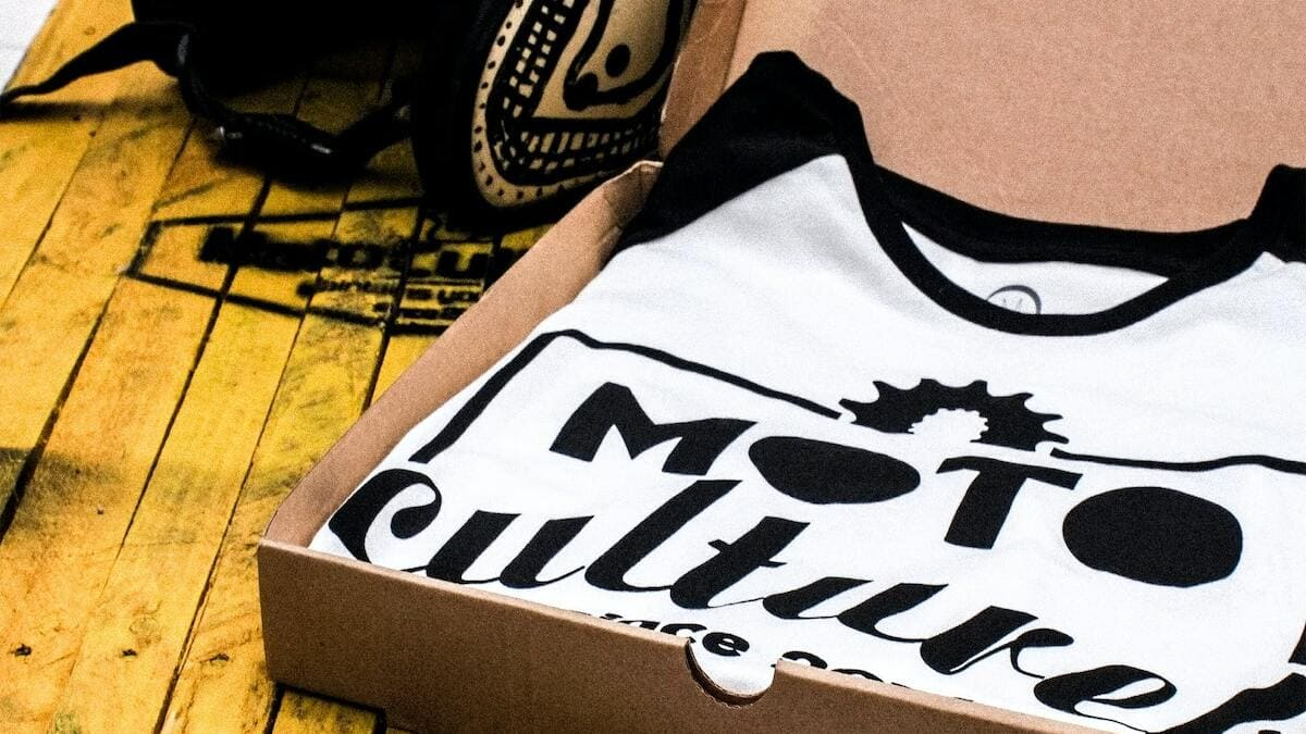 verkoop van kleding in kartonnen doos