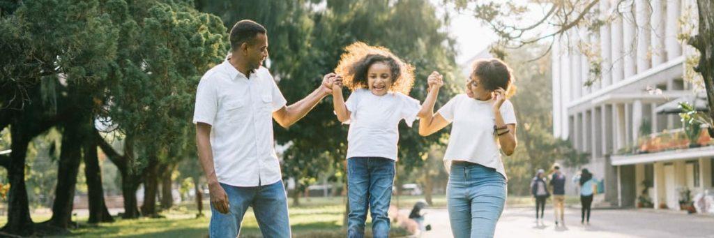 twee ouders met kind