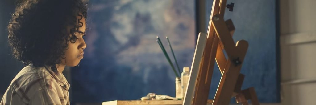vrouw maakt tekening op canvas