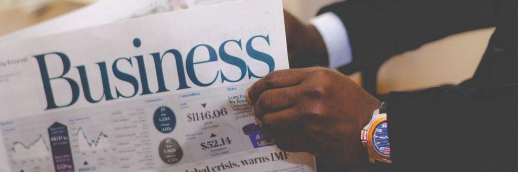 man met business krant